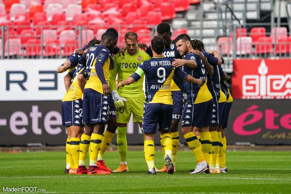 Les joueurs monégasques se réunissant en cercle avant la rencontre face à Brest