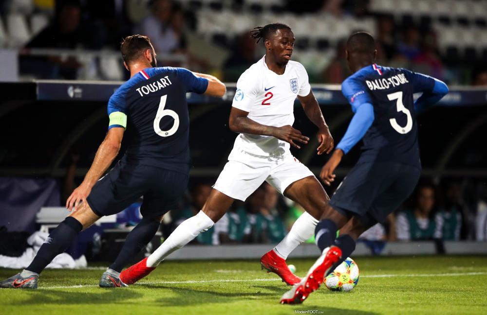 Fodé Ballo-Touré au duel avec Aaron Wan-Bissaka lors d'un match avec les Bleuets.